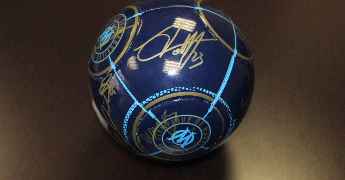 OM: un ballon dédicacé par les joueursde l'équipe